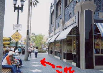 ユニバーサル・スタジオ・ジャパンのシャトナーさんの星型プレートは、ハリウッド・エリアのユニバーサル・モンスター・ライブ・ロックンロール・ショーの建物の左隣に